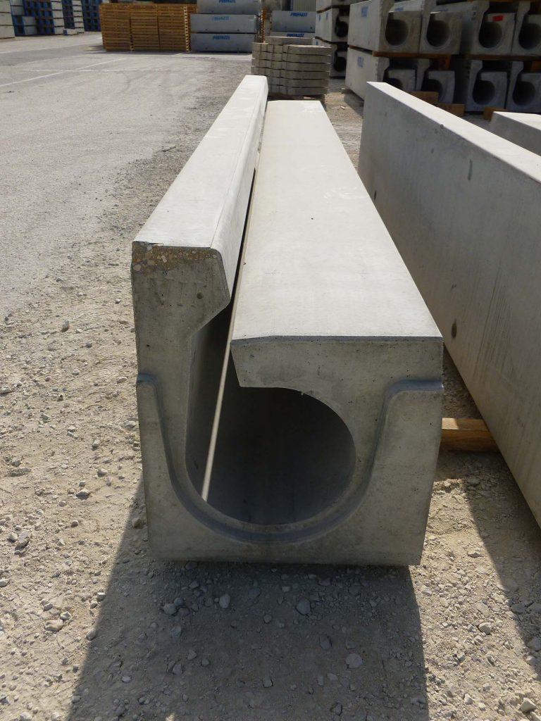 caniveau à fente en béton avec trottoir pour tunnel autoroutier.