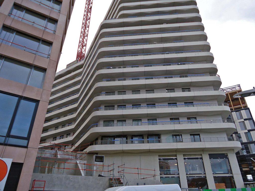 Balcons montés sur l'immeuble fini