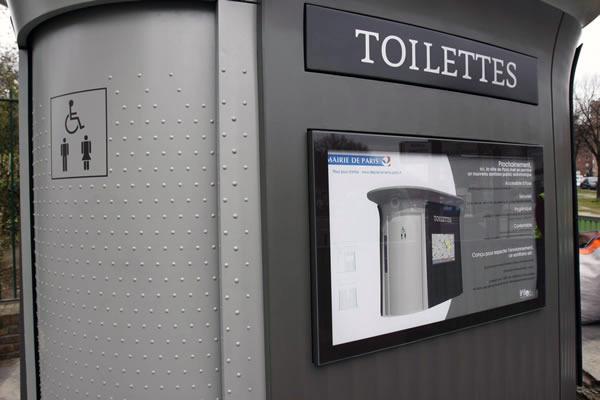 Mobilier urbain en béton - toilettes publiques JC Decaux